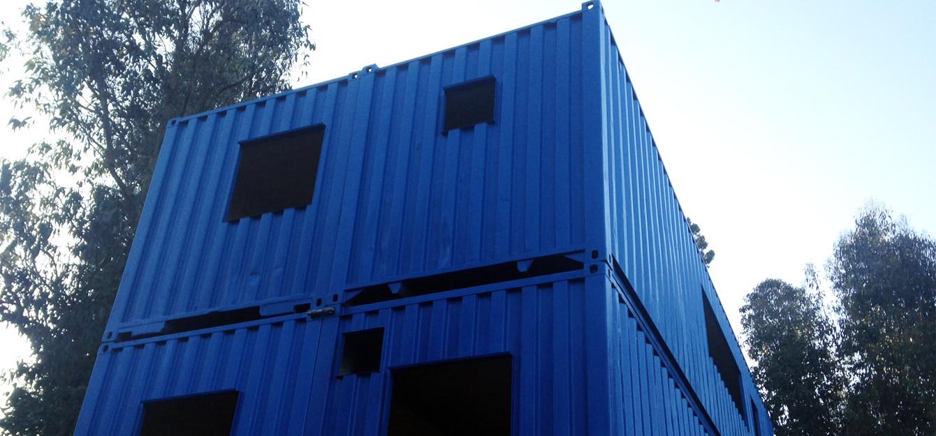 Edificio de dos pisos de contenedores marítimos